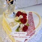 Hochzeitstorte mit grafischen Elementen und Figur