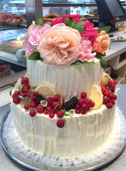 Torte mit echten Rosen, Minze, Salbei und Früchten