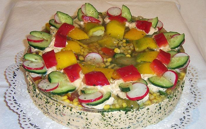 Gemüsetorte mit Gurken, Radieschen, Paprika ...
