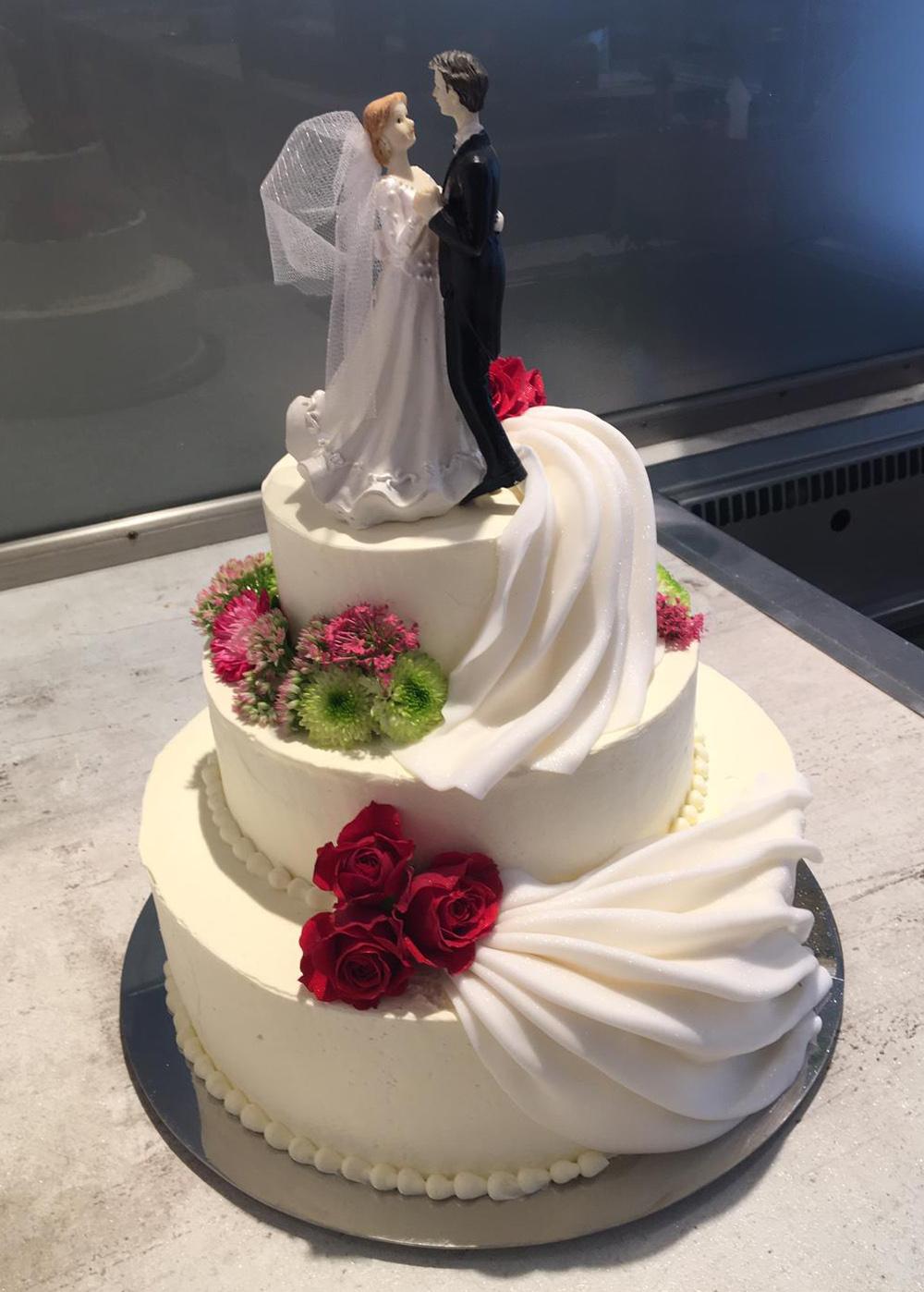 3-stöckige Hochzeitstorte mit Figur