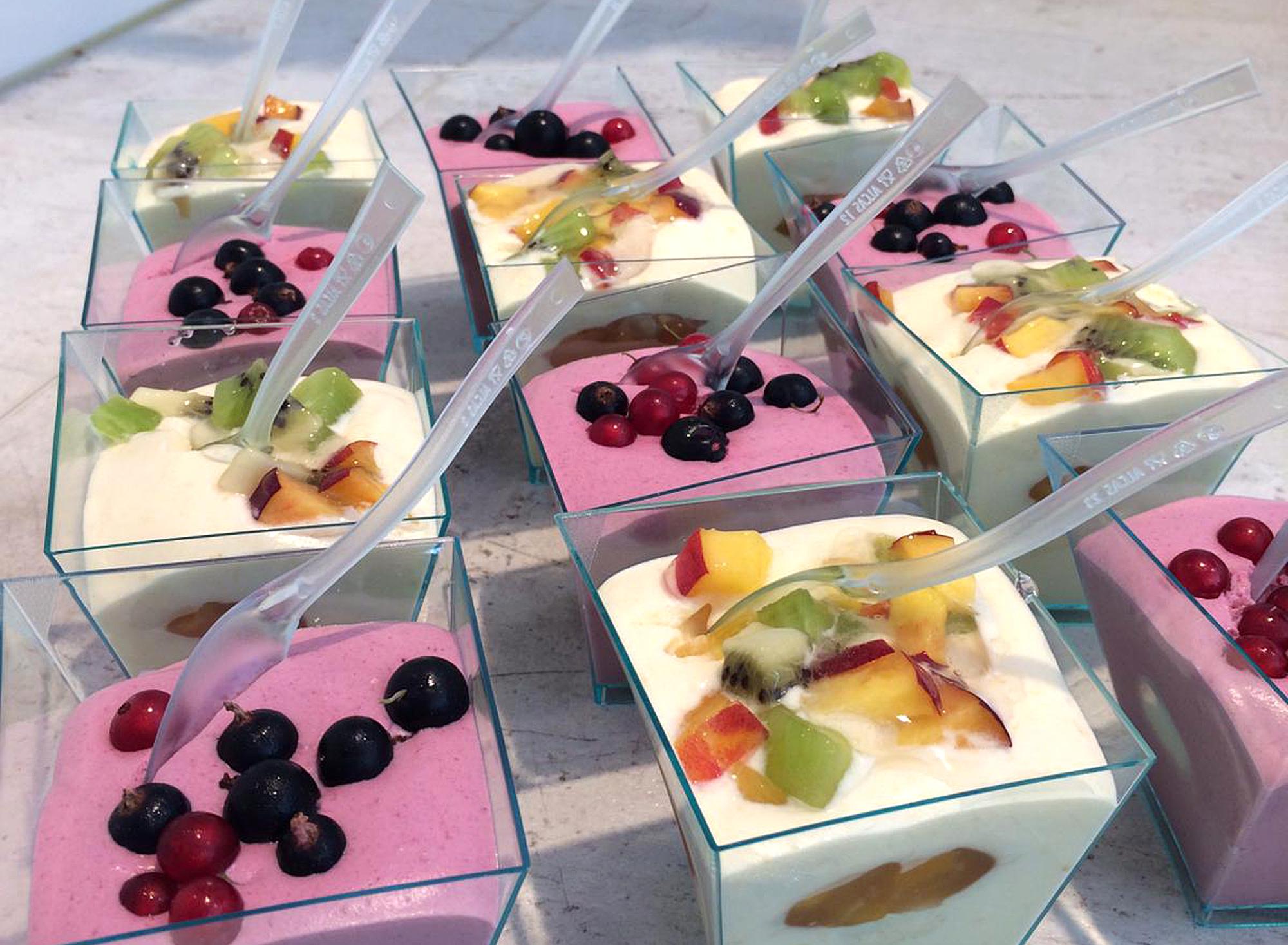 Quark-Joghurt-Dessert mit frischen Früchten